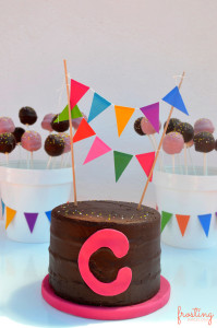 Tarta personalizada decorada con banderines de papel. #tarta #cake @frostingbcn